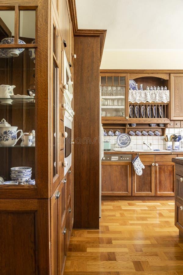 Echte foto van een keukenbinnenland met houten kasten en vloer stock fotografie