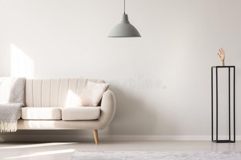 Echte foto van een witte bank met kussen en deken die nex bevinden zich stock foto's