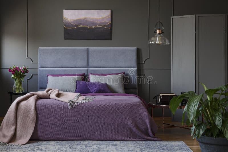 Echte foto van modieus, artistiek hotelbinnenland met moderne verf royalty-vrije stock afbeelding