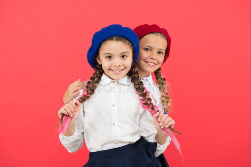 Echte Freunde stehen immer neben Ihnen Freundschaft bedeutet Unterstützung Beste Freunde der Mädchen auf rotem Hintergrund Nettes lizenzfreies stockfoto