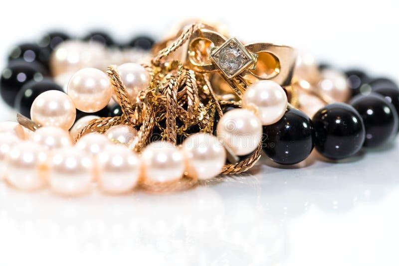 Echte gouden jewlery, diamanten, gemmen, ringen, neckless met parels sluit omhoog geschoten stock foto's