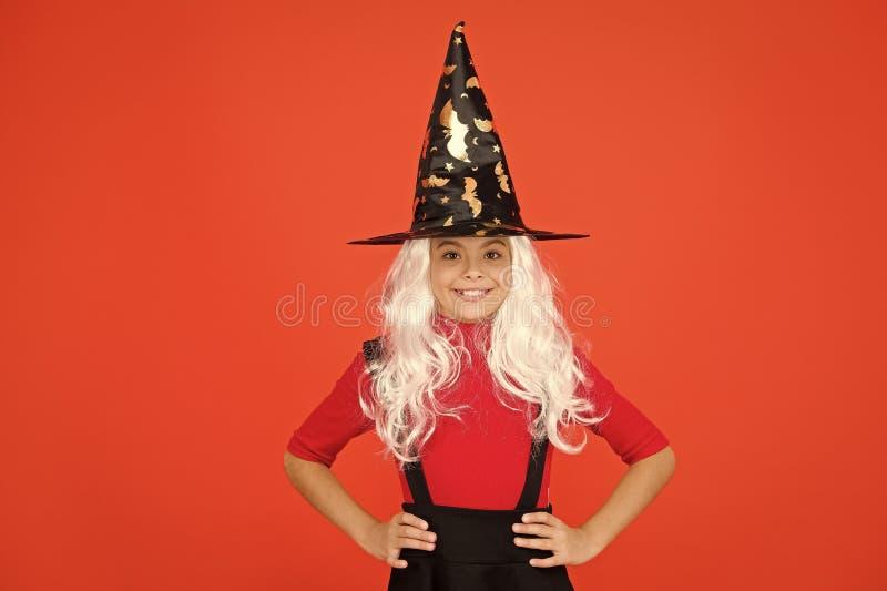 Echte heks in vermomming Klein kind in heksenkostuum Halloween party Klein meisje in zwarte heksenhoed Najaarsvakantie stock afbeelding