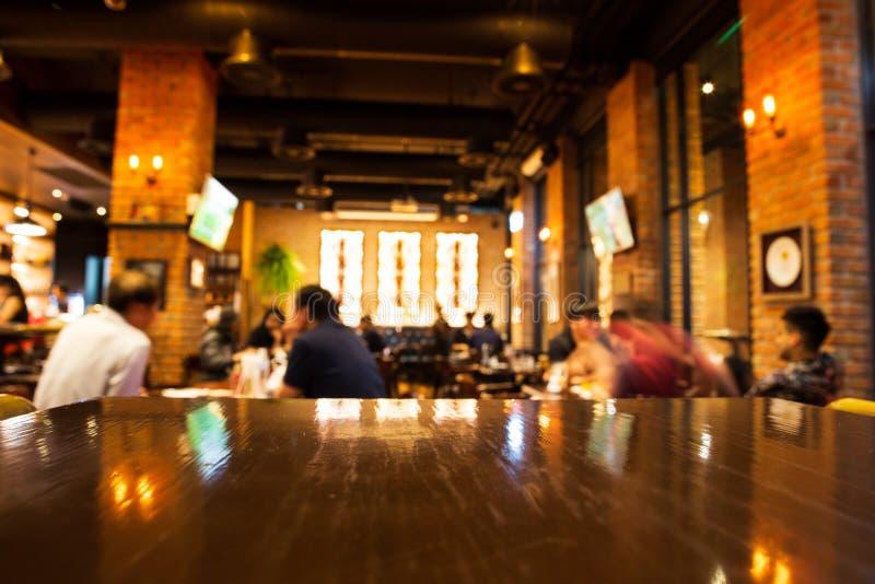 Echte houten lijst met lichte bezinning over scène bij restaurant, pu stock afbeeldingen