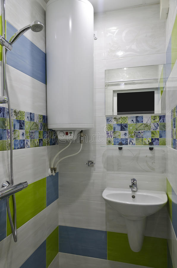 Echte kleine badkamers stock afbeelding. Afbeelding bestaande uit ...
