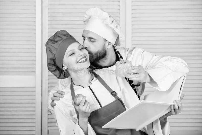 Echte Liefde vegetari?r Eenvormige kok Het op dieet zijn vitamine culinair gelukkig paar in liefde met natuurlijke voeding Man en royalty-vrije stock fotografie