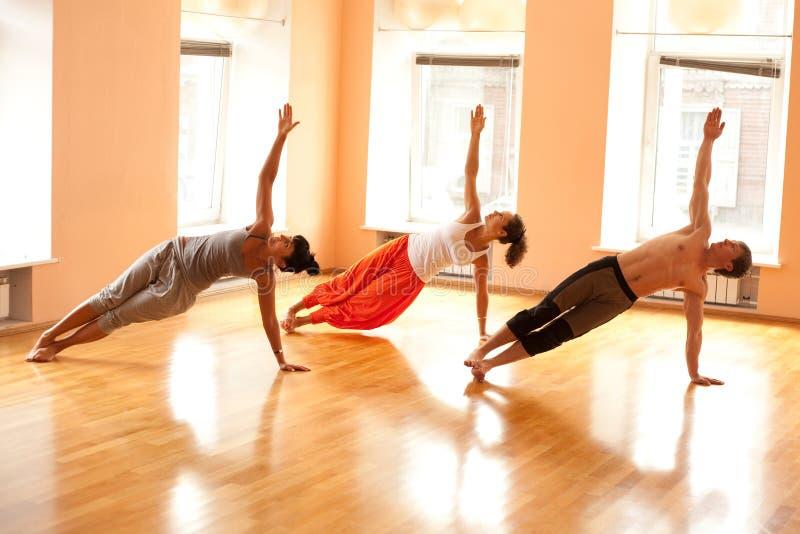 Echte mensen die yoga doen royalty-vrije stock afbeelding