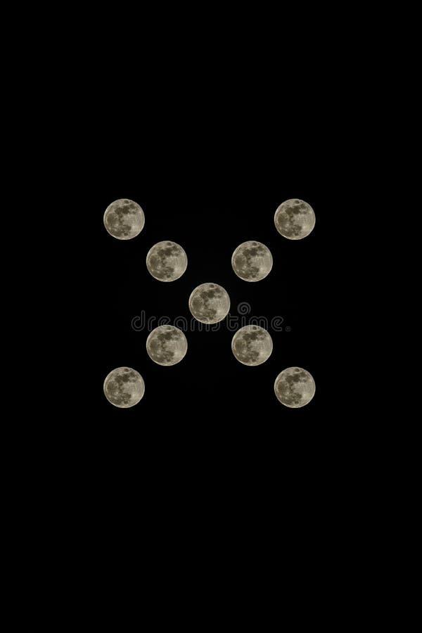 Echte momentopname van de volle maan in rustig op een zwarte achtergrond stock foto's