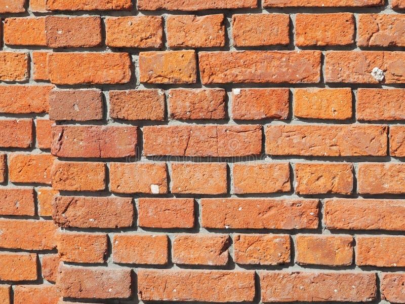 Echte muur van rode en oranje bakstenen stock foto's