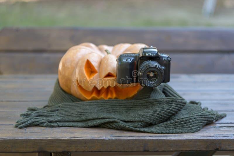 Echte oranje Halloween-pompoen met het snijden royalty-vrije stock fotografie