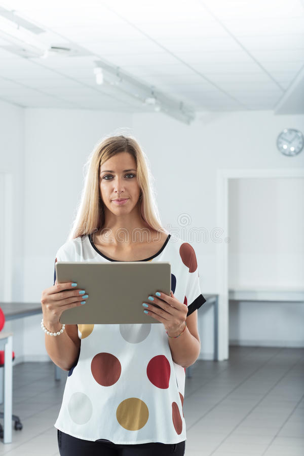 Echte vrouw in een realistisch bureau stock foto's
