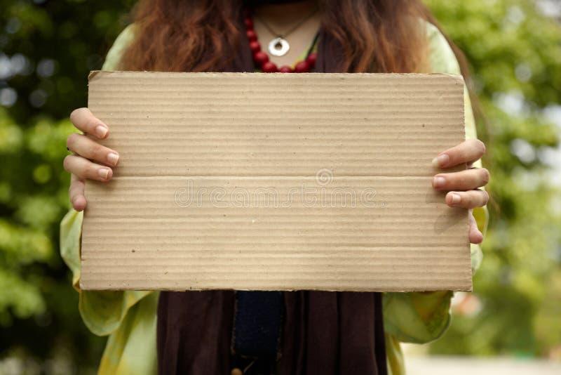Echte vrouw met karton royalty-vrije stock afbeeldingen