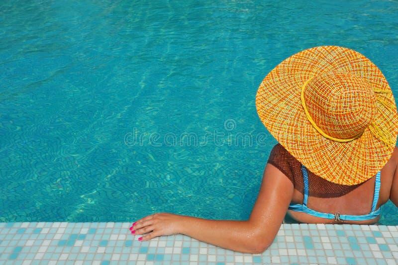 Echte vrouwelijke schoonheid ontspannen in zwembad stock afbeelding