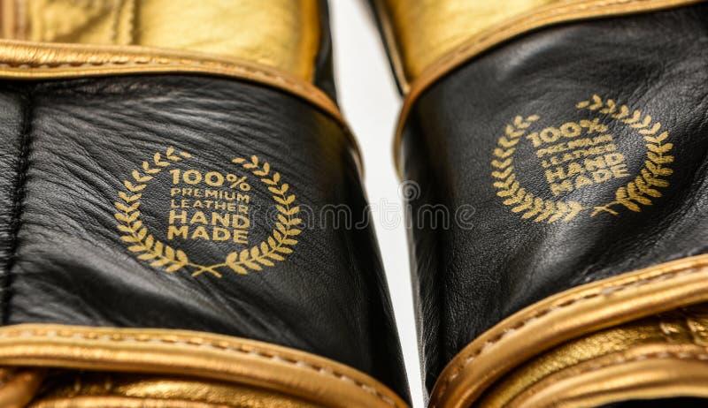 Echter erstklassiger lederner handgemachter Zeichenausweis auf Boxhandschuhen stockfotos