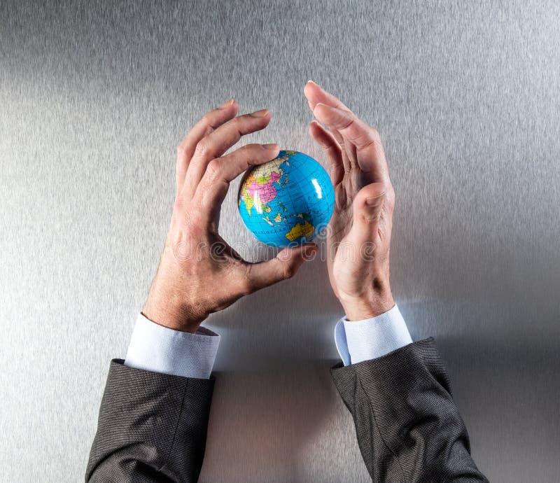 Echter Geschäftsmann übergibt das Halten des Planeten für Konzept der internationalen Ökologie stockbilder