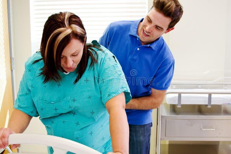 Download Echtgenoot Die Binnen Met Vrouw In Arbeid Controleren Stock Foto - Afbeelding bestaande uit brunette, moederschap: 39106074