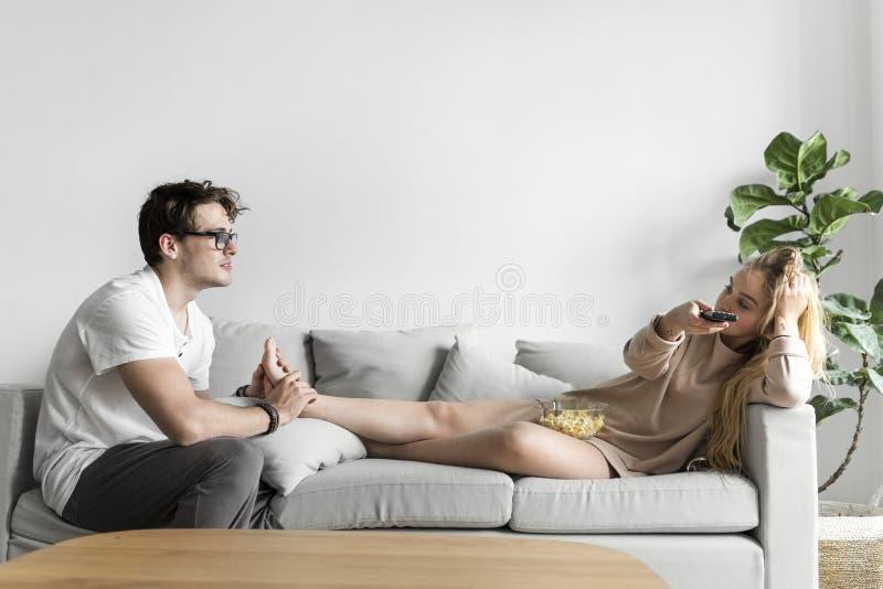 Echtgenoot die een voetmassage geven aan vrouw stock fotografie