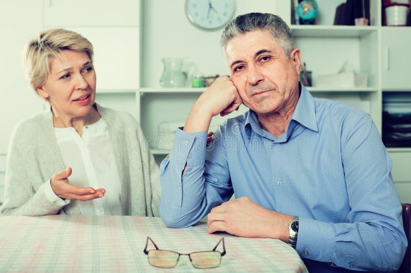 Echtgenoot en de vrouw die met elkaar de debatteren en proberen om fami op te lossen royalty-vrije stock afbeeldingen
