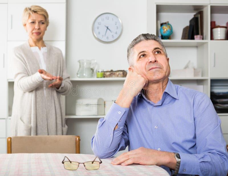 Echtgenoot en de vrouw die met elkaar de debatteren en proberen om fami op te lossen stock foto