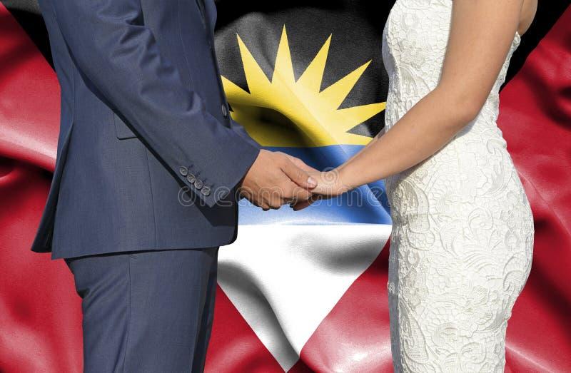 Echtgenoot en Vrouwenholdingshanden - Conceptuele foto van huwelijk in Antigua en Barbuda royalty-vrije stock foto's
