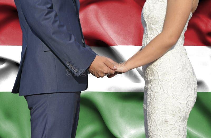 Echtgenoot en Vrouwenholdingshanden - Conceptuele foto van huwelijk in Hongarije royalty-vrije stock foto
