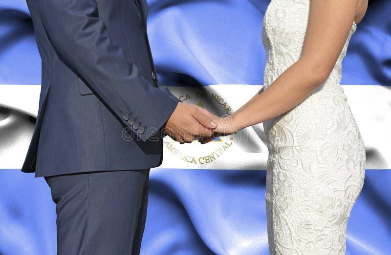 Echtgenoot en Vrouwenholdingshanden - Conceptuele foto van huwelijk in Nicaragua royalty-vrije stock afbeeldingen