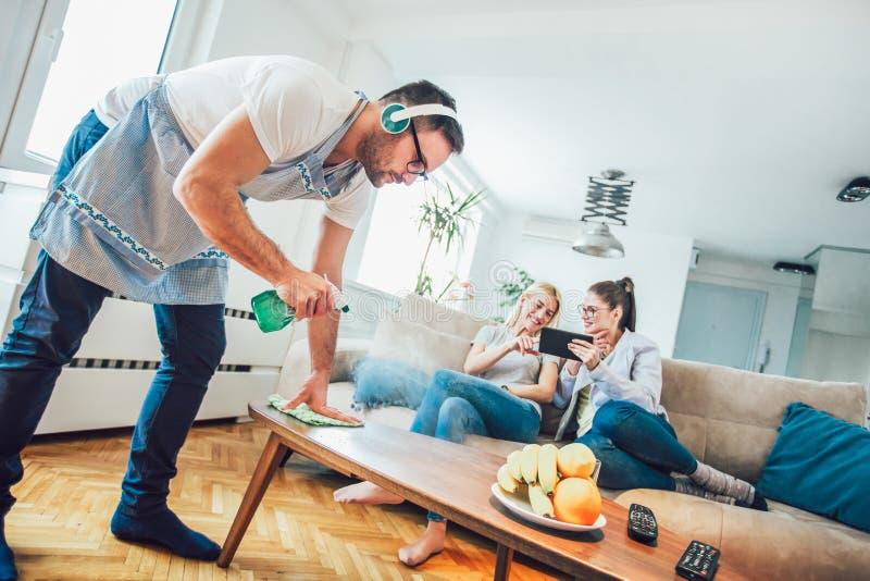 Echtgenoot huishouden en het schoonmaken concept stock foto's