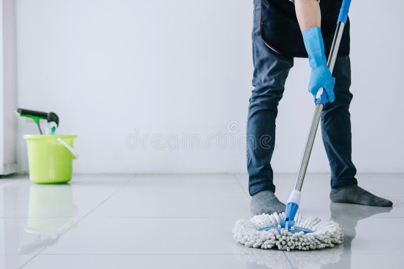 Echtgenoot huishouden en het schoonmaken concept, Gelukkige jonge mens in bl royalty-vrije stock afbeeldingen