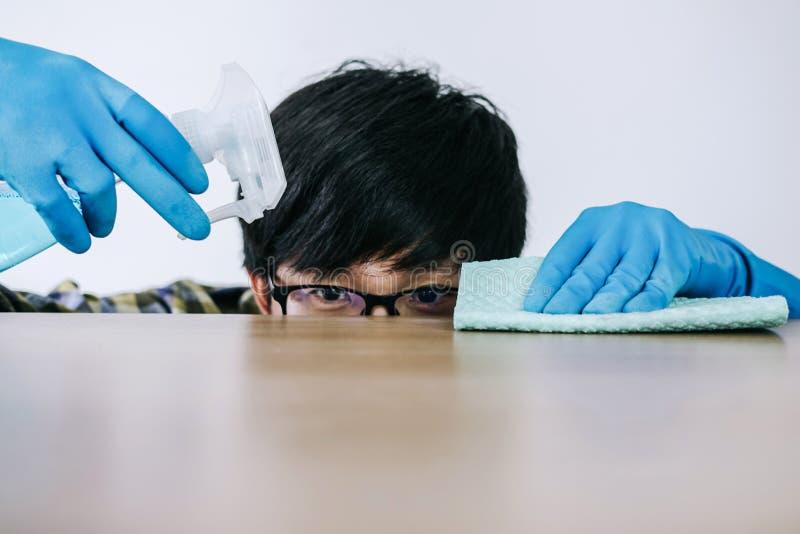 Echtgenoot huishouden en het schoonmaken concept, Gelukkige jonge mens wipin royalty-vrije stock afbeelding