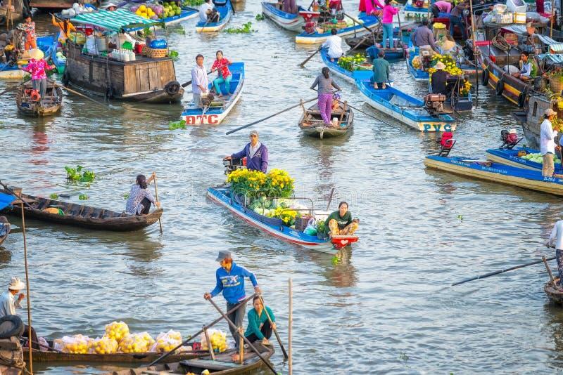 Echtgenotenboatman verkopende madeliefjes, watermeloenen op de rivier royalty-vrije stock foto's