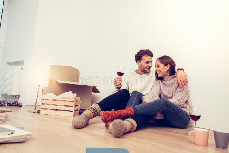 Echtpaar die enkel hun eerste avond in nieuw huis doorbrengen stock afbeeldingen