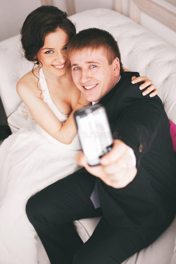 Echtpaar die foto's van zich nemen royalty-vrije stock foto's