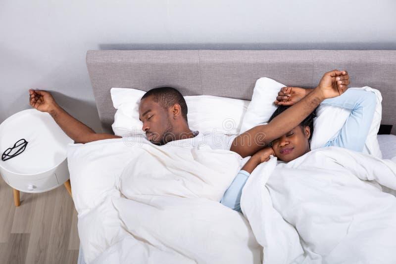Echtpaar die op Bed dutten royalty-vrije stock foto's