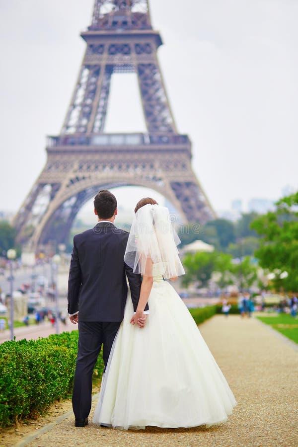 Download Echtpaar Enkel In Parijs Dichtbij De Toren Van Eiffel Stock Foto - Afbeelding bestaande uit stad, huwelijk: 54091104