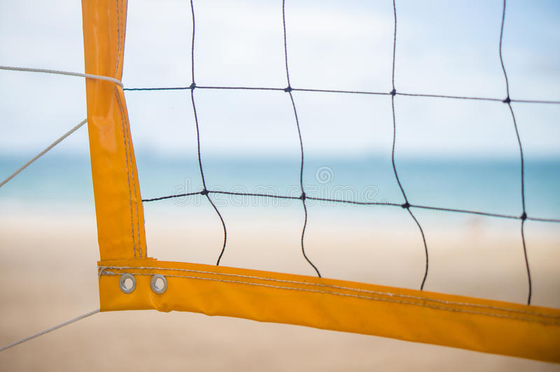 Ecke gelben voleyball Netzes auf Strand unter Palmen lizenzfreie stockfotos