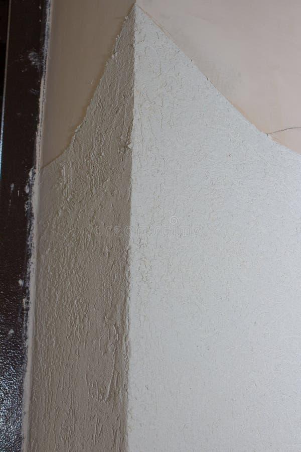 Eckwand mit KittBorkenkäfer, Dekoration von Wänden mit Borkenkäfer in der Halle während der Reparatur lizenzfreie stockbilder