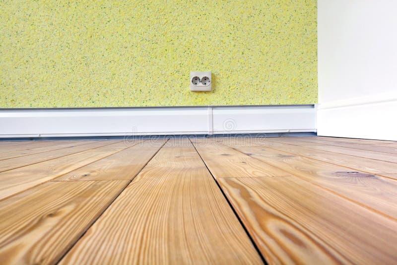Eckzimmer mit einem Whitsockel, Parkett des festen Holzes und Flüssigkeit tapezieren stockfotos