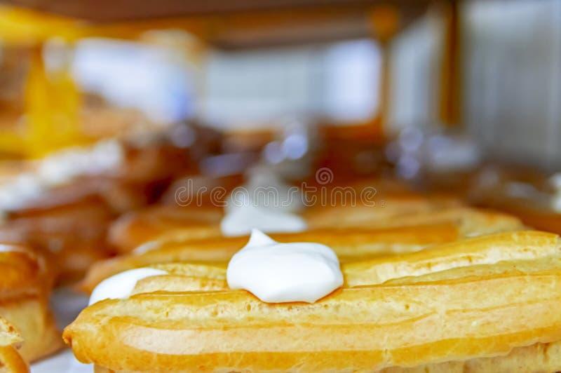 Eclair classico della pasticceria nel forno Dolci tradizionali della libbra del Eclair con latte condensato e crema immagini stock