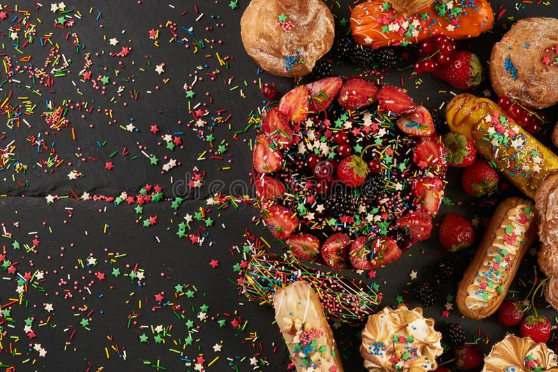 Eclair de fruit et gâteau lumineux et délicieux d'été avec des groseilles images stock