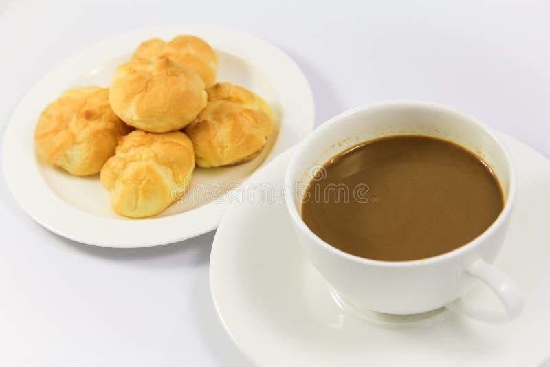 Eclair mit Kaffee lizenzfreies stockbild