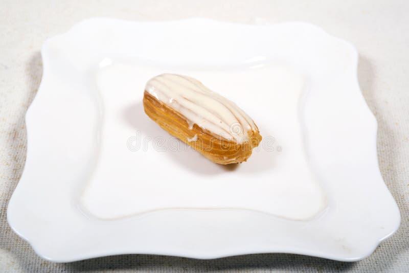 Eclair tort na białym tle zdjęcie stock
