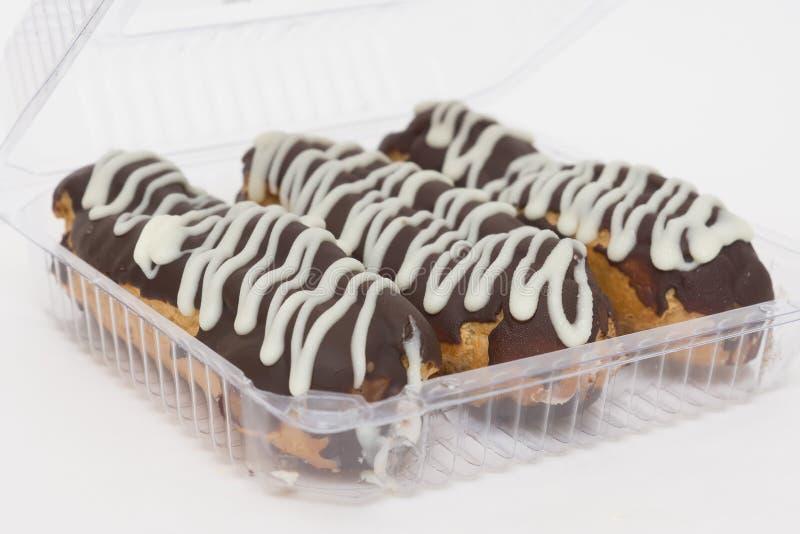 Eclair três delicioso coberto com a crosta de gelo do chocolate imagens de stock royalty free