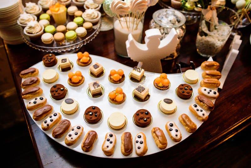 eclairs 混杂的色的可口甜点 免版税库存照片