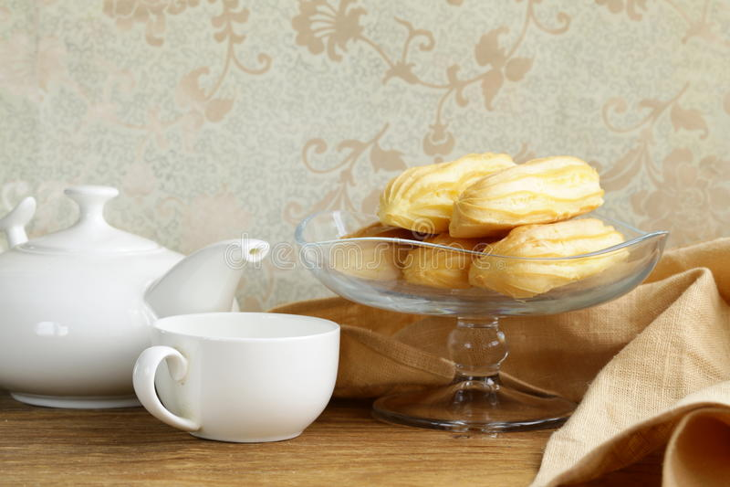 Eclairs da pastelaria dos Choux na base de vidro do suporte fotos de stock royalty free
