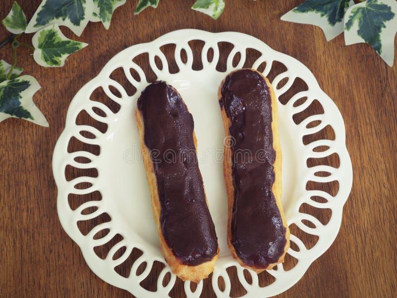 Eclairs de chocolate hechos en casa frescos fotos de archivo