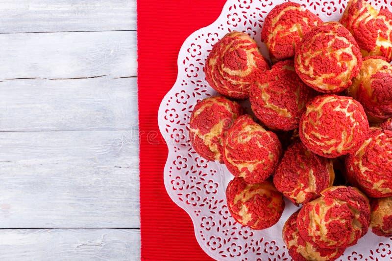 Eclairs del shu de la torta con la migaja roja de la fresa imagen de archivo libre de regalías