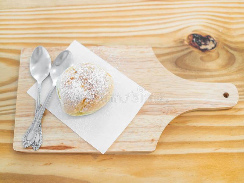Eclairs deliciosos polvilhados com o açúcar de crosta de gelo imagem de stock royalty free