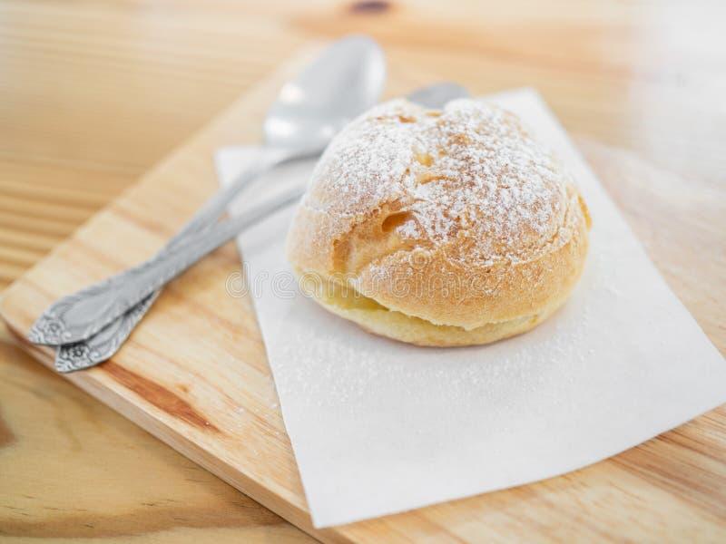 Eclairs deliciosos polvilhados com o açúcar de crosta de gelo fotografia de stock