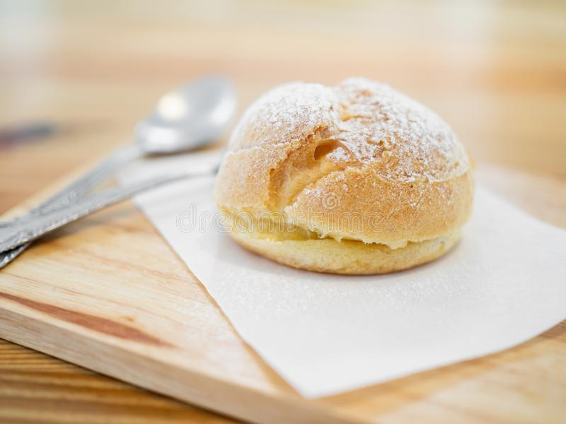 Eclairs deliciosos polvilhados com o açúcar de crosta de gelo fotos de stock