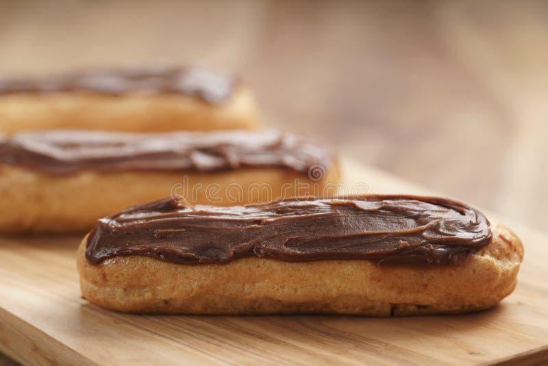 Eclairs franceses tradicionales con el ganache del chocolate foto de archivo libre de regalías