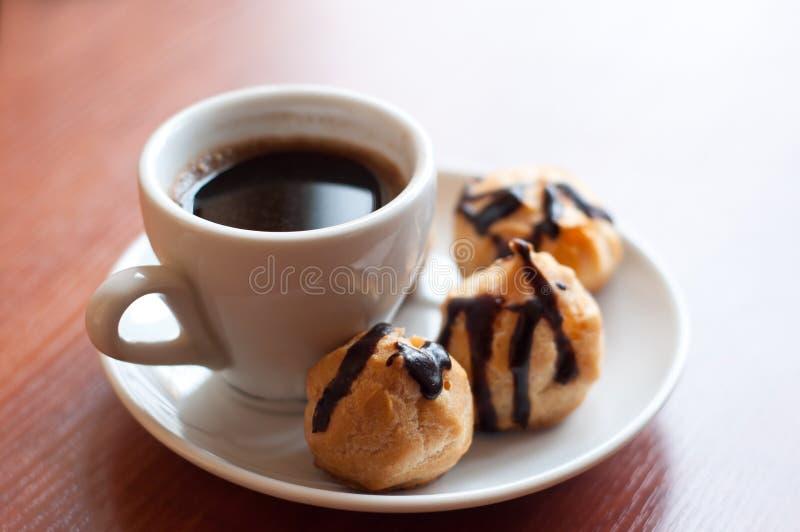 Eclairs med kaffe royaltyfria bilder